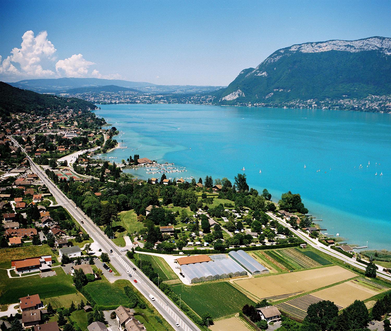 Au Coeur Du Lac Camping 3 Etoile Annecy Haute Savoie Le Camping Est Situe A 4 Kms D Annecy Au Bord Du Lac Acces Direct Depuis Le Camping Dans La Petite Ville De